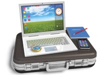 מחשב על מזוודה / צלם: Oleksiy Mar//Shutterstock.com. א.ס.א.פ קראייטיב